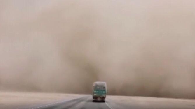 Widzialność spadła niemal do zera. <br />Zobacz ogrom burzy piaskowej