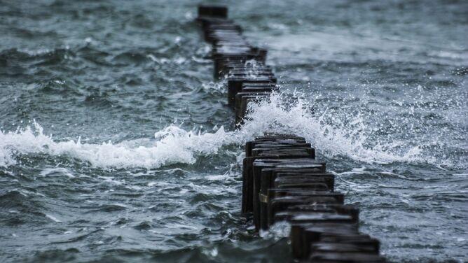 Sztorm i wysoki stan wody w Bałtyku. <br />Alarmy hydrologiczne drugiego stopnia